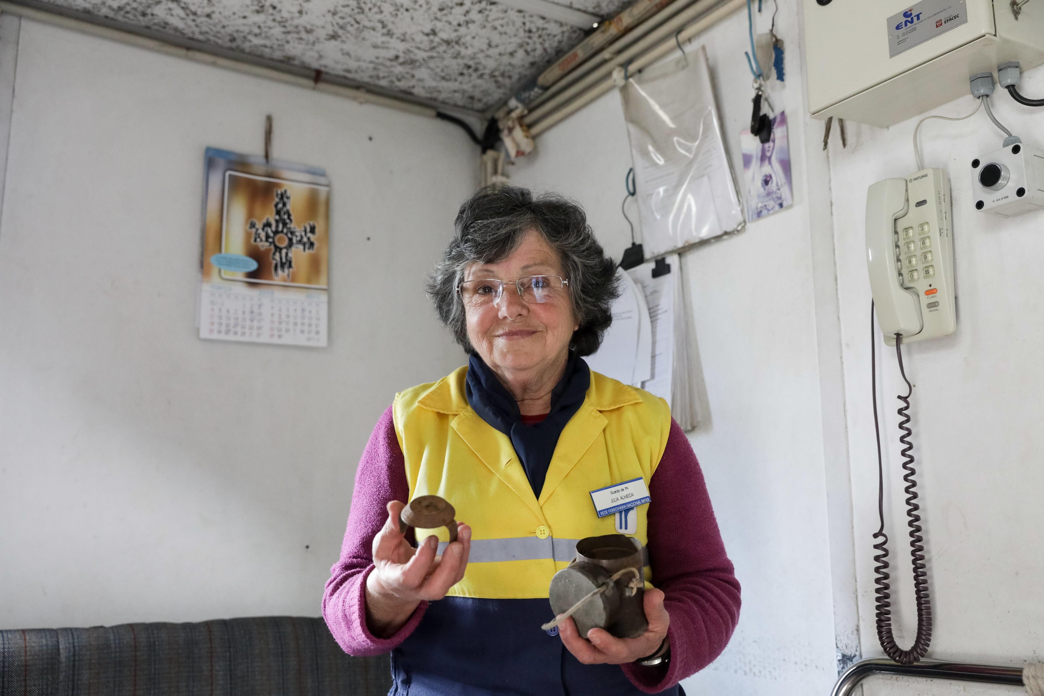 Há 30 anos que Júlia Almeida anda a ver passar os comboios de bandeira na mão