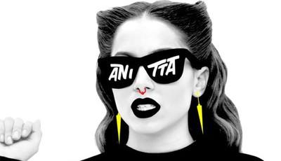 Anitta: Cantora brasileira assusta-se com cobra durante gravação de videoclip