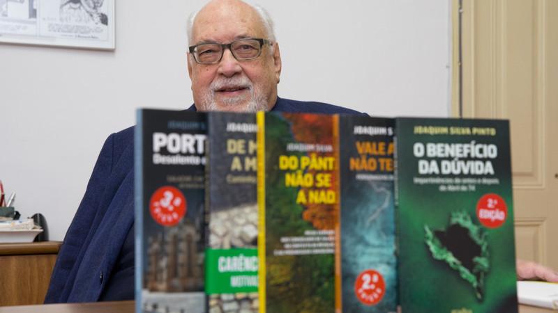 Dentro de dois regimes: As memórias incríveis da ditadura e democracia de Joaquim Silva Pinto