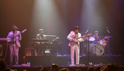 """""""Até que enfim!"""": Capitão Fausto antecipam novo álbum em palcos de sete cidades"""