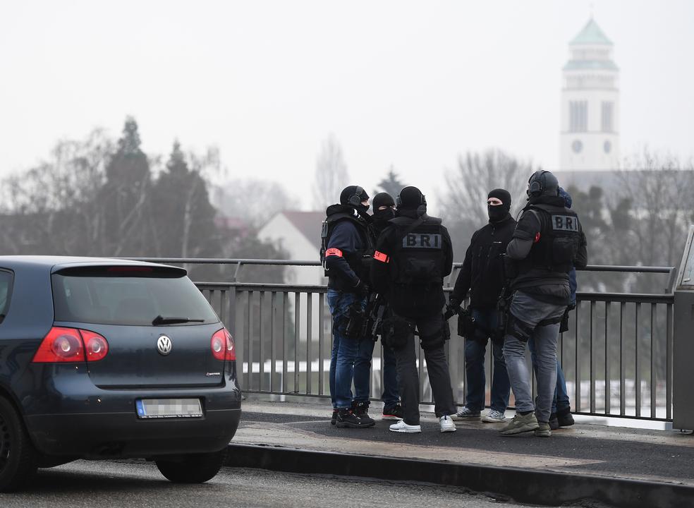 Estrasburgo: número de mortos sobe para três enquanto autoridades francesas e alemãs mantêm caça ao homem