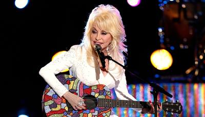 Dolly Parton inspira novo desafio viral: já criou o seu meme?