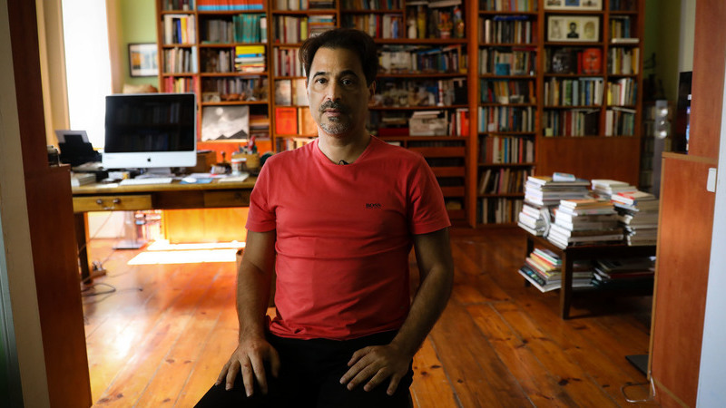 """Mais de 100 escritores africanos """"erguem punhos"""" solidários com protestos contra o racismo"""