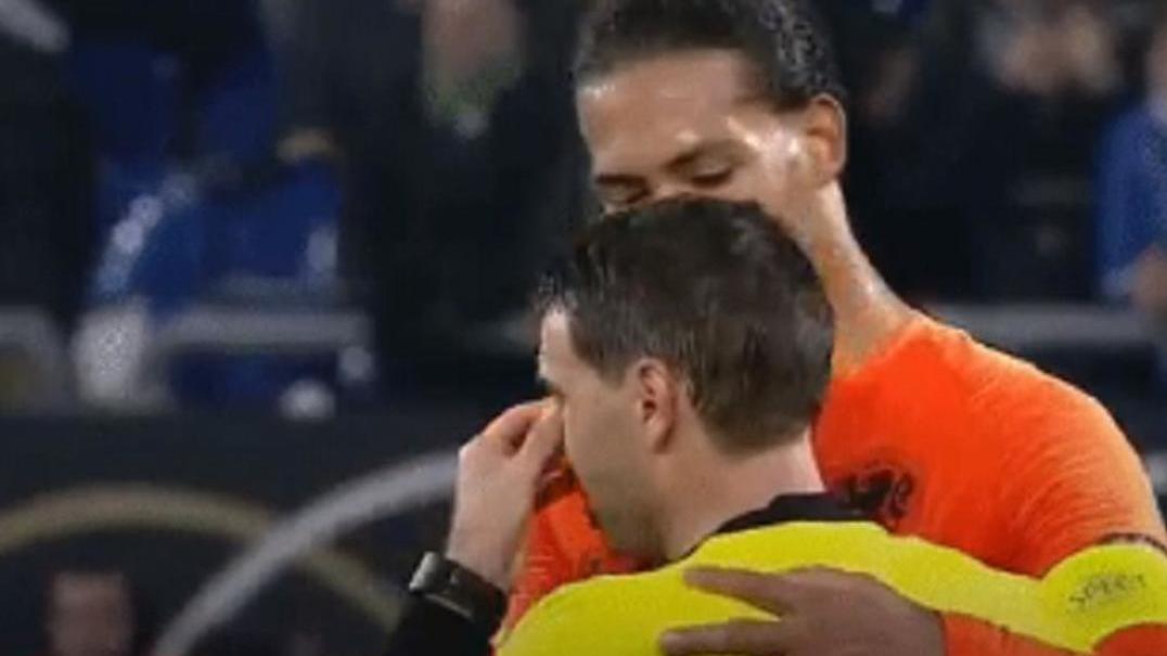 Gesto solidário de Dijk para com árbitro