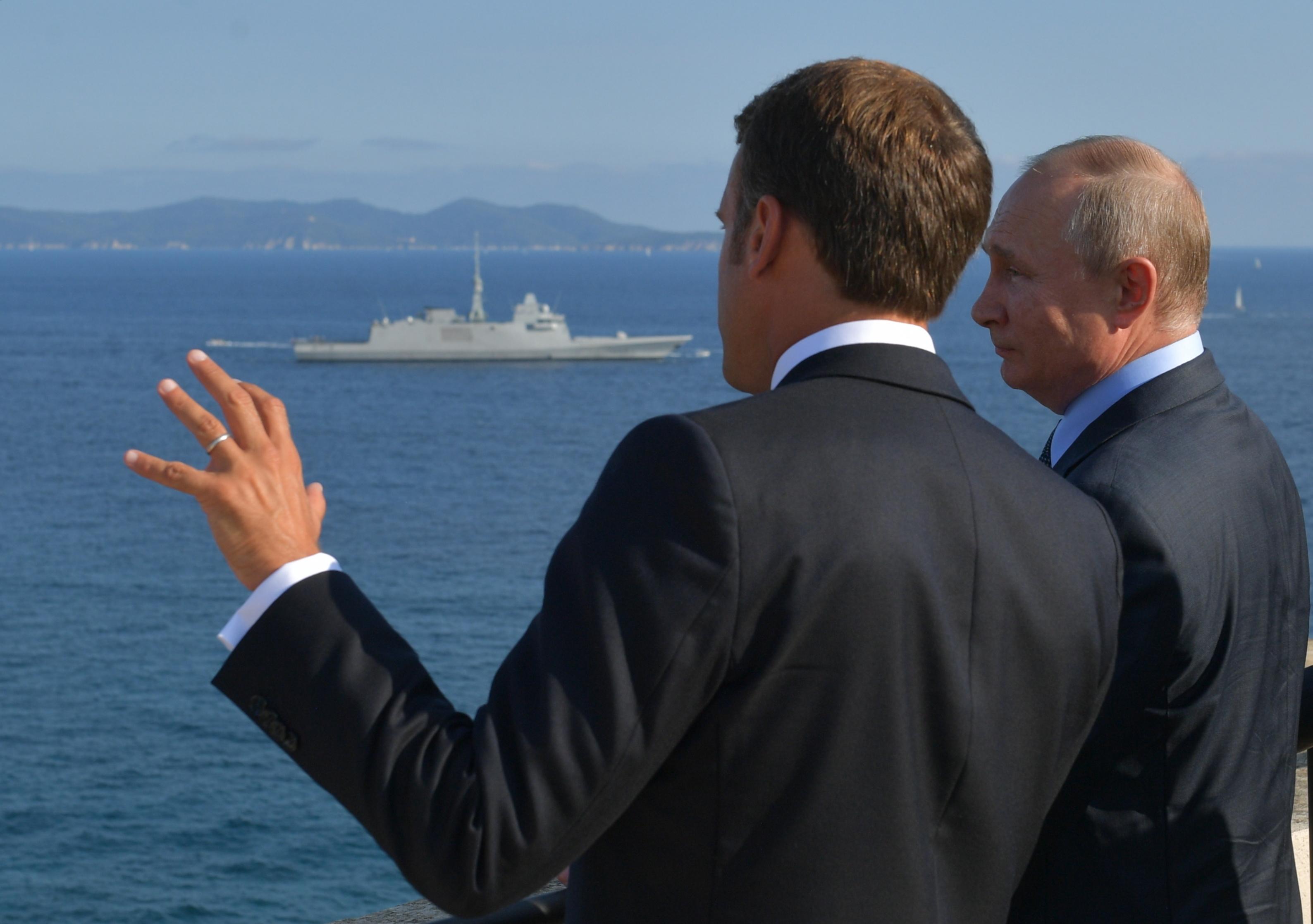 """Macron diz ser """"relevante"""" debater regresso da Rússia, mas cumprindo acordos de Minsk"""