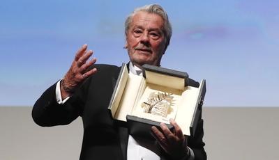 Alain Delon é homenageado no Festival de Cannes, protestos feministas ficam à porta