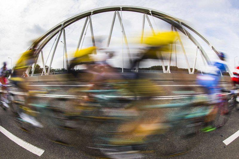 COVID-19: Ciclista Luke Rowe substitui bicicleta roubada a médico de Cardiff