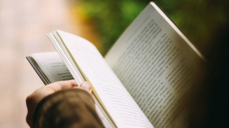 Com mais tempo em casa, procura por livros online aumenta. Há títulos que se destacam