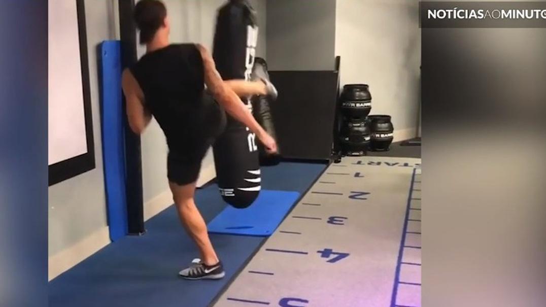 Ibrahimovic mostra porque é faixa preta em Taekwondo