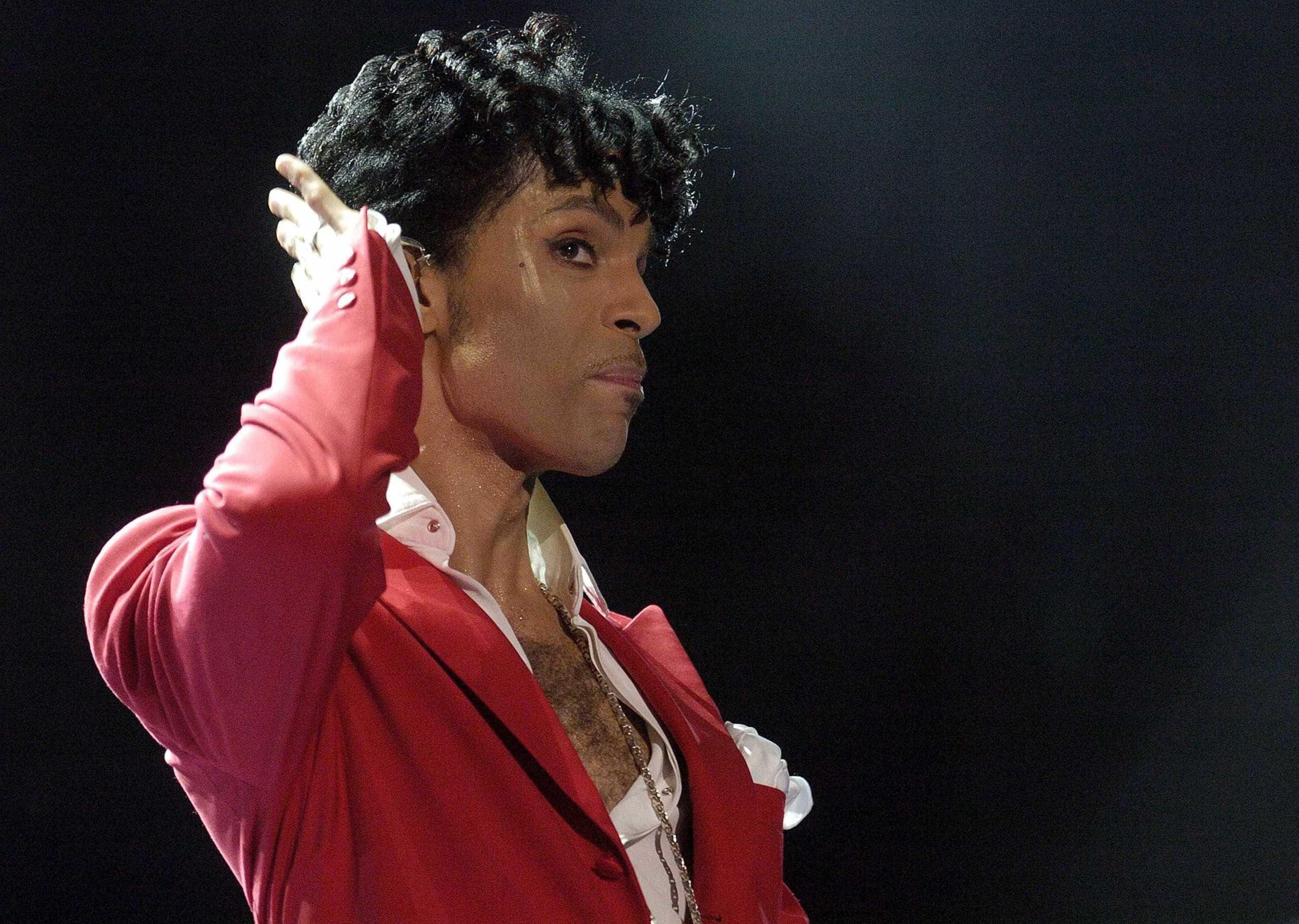 Médico que receitou opióide para Prince de forma ilegal paga multa de 300 mil dólares