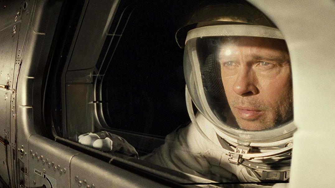 Brad Pitt fala com astronauta da Nasa