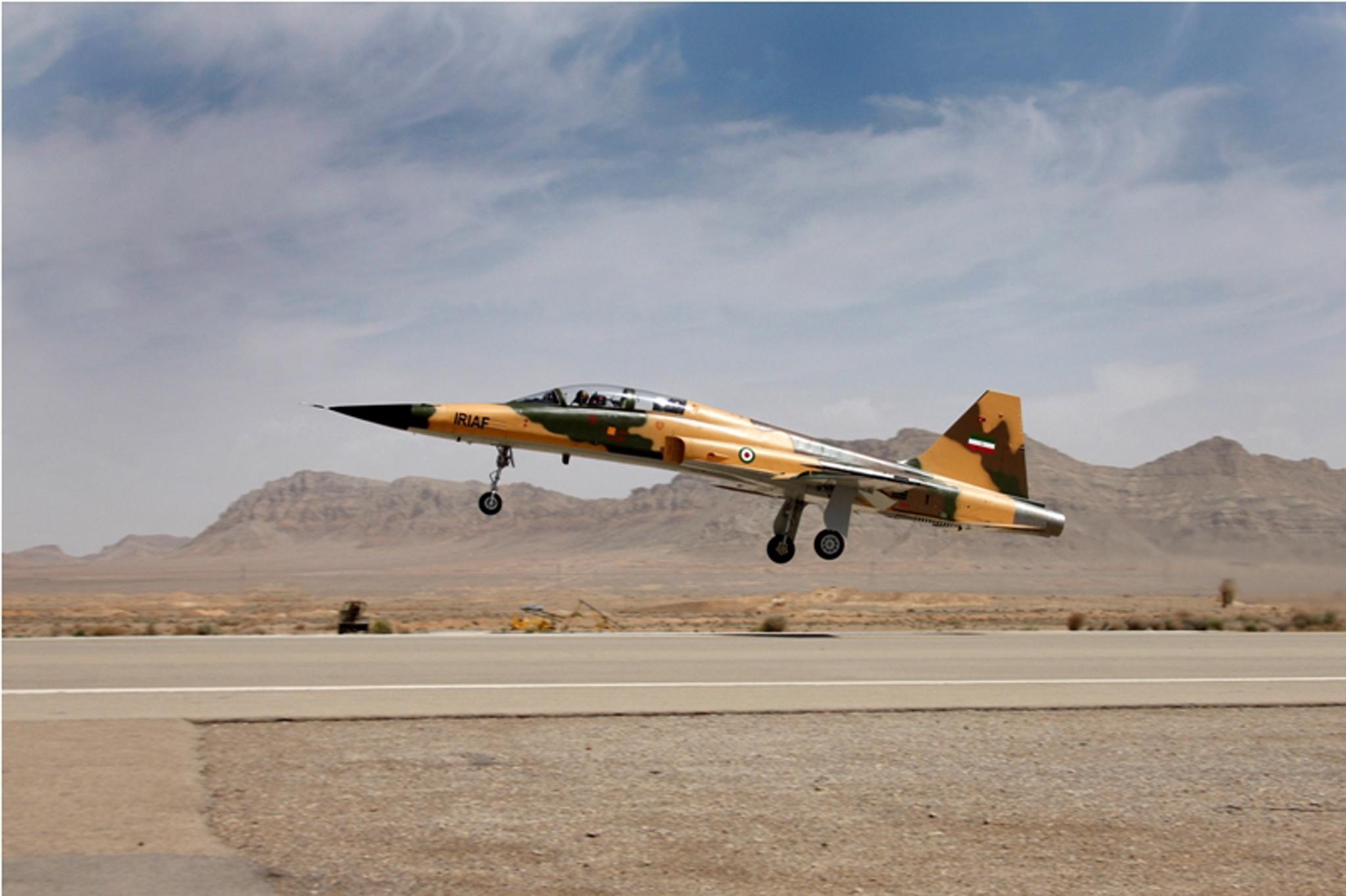 Irão mostra o primeiro avião de combate fabricado no país