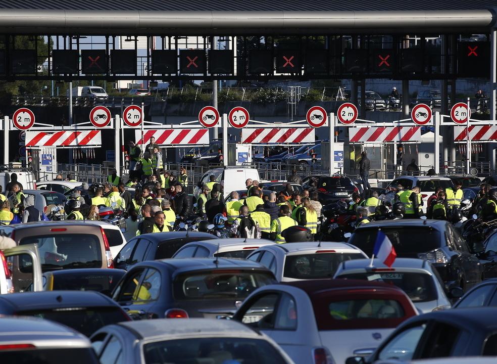 Mais de 10 mil camionistas portugueses afetados por protestos em França