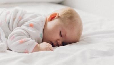 Os bebés devem dormir na cama dos pais? A opinião de uma médica