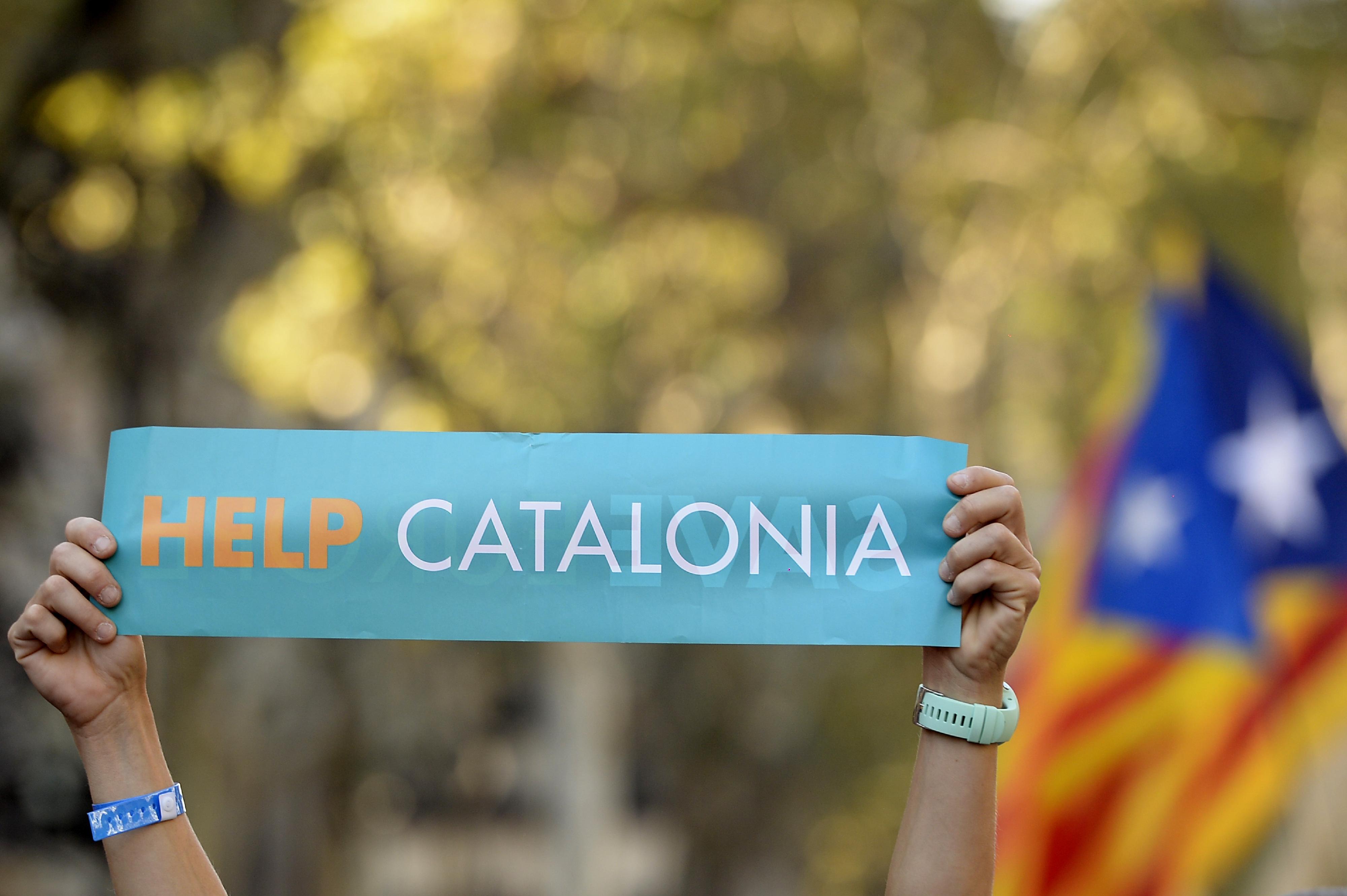 Dezenas de milhares manifestam-se em Barcelona contra decisão de Madrid. Veja as fotos