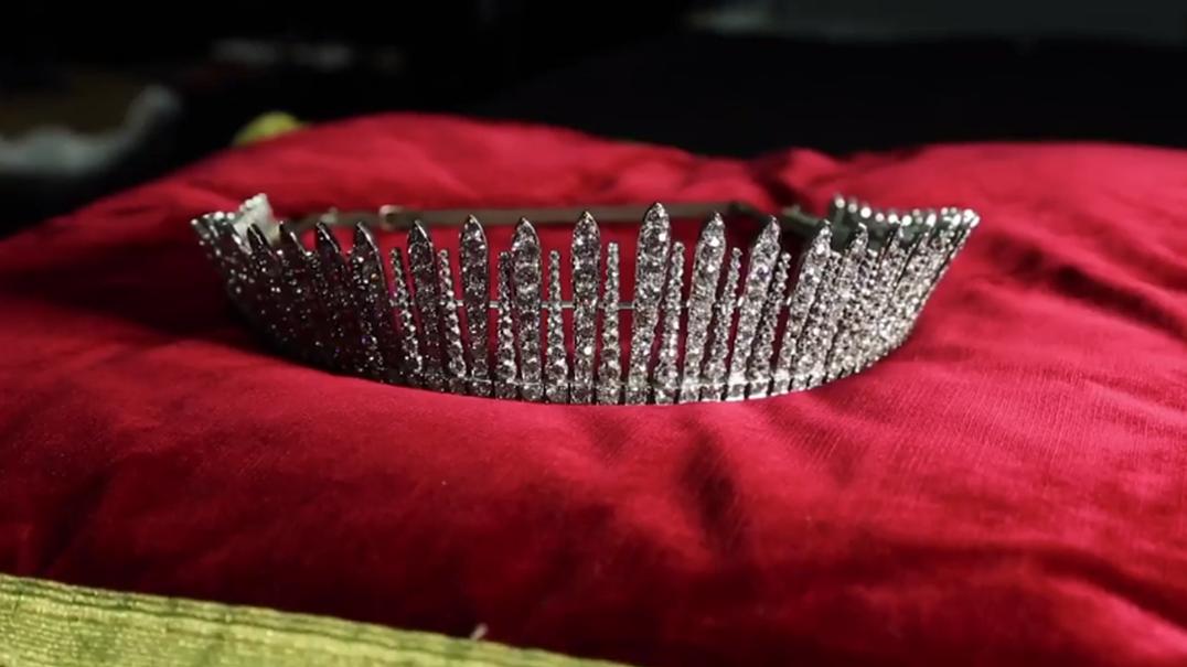 Como transformar uma tiara num colar