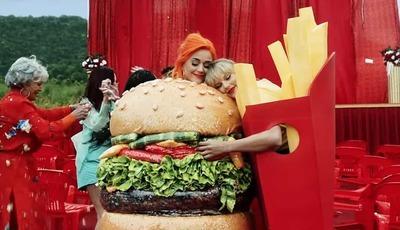 O hambúrguer e as batatas-fritas: Taylor Swift e Katy Perry juntas em videoclip