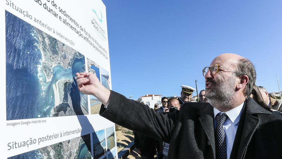Ministro do Ambiente diz que análises demonstram que houve descarga de crude no mar