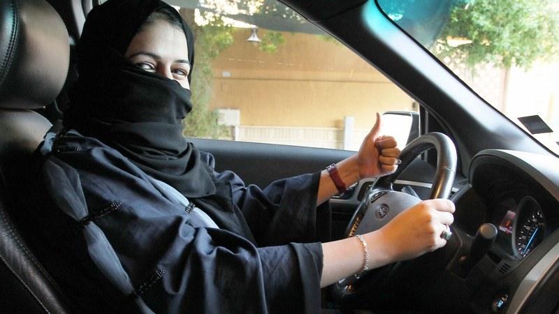 Mulheres sauditas entram numa nova era com o pé no acelerador
