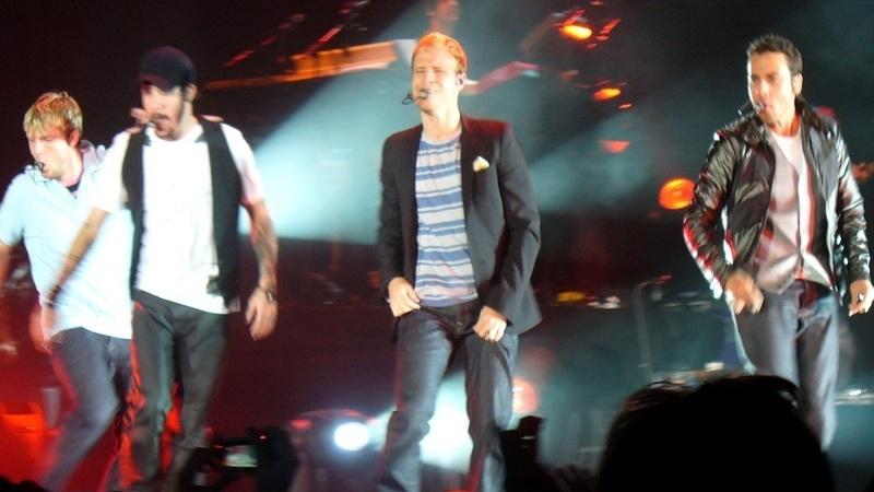 Queda de estrutura causa 14 feridos e cancela concerto dos Backstreet Boys