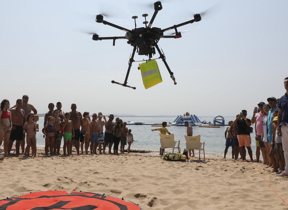 """Praia de Oeiras é a primeira em Portugal com """"drone"""" salva-vidas"""