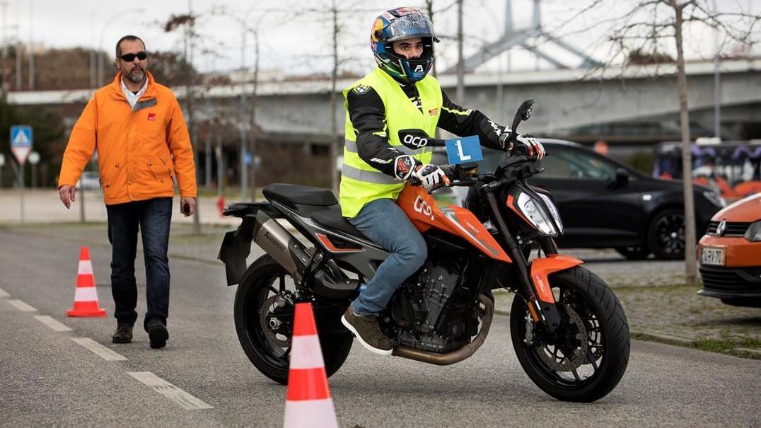 Miguel Oliveira foi tirar a carta... de moto