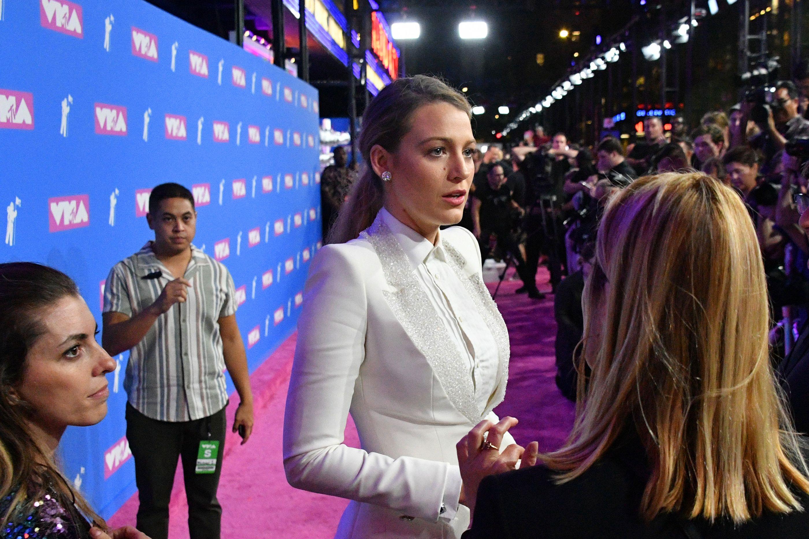 VMA: Blake Lively não foi acompanhada de Ryan Reynolds, mas levou a mãe