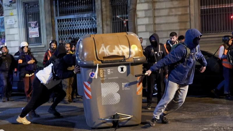 """""""Fora as forças de ocupação"""". Manifestantes derrubam contentores de lixo em Barcelona para impedir circulação"""