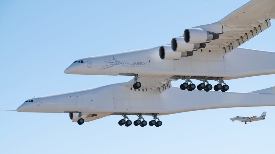 O maior avião do mundo tem 117 metros de asa, chama-se Stratolaunch e já voa