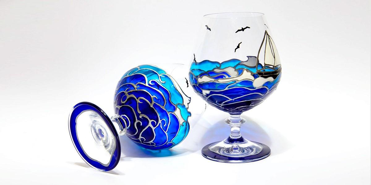 Flores, borboletas, oceanos… Há de tudo nas delicadas peças de vidro que uma artista ucraniana pinta à mão