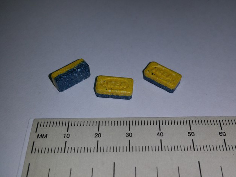 Ecstasy em comprimidos azuis e amarelos com 'carimbo' IKEA. Polícia de Jersey emite alerta