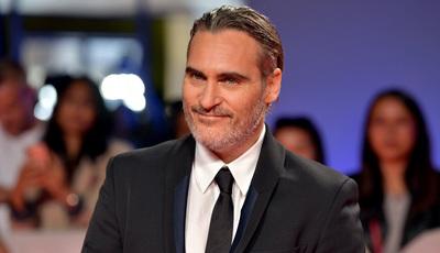 """Apresentadora desculpa-se por piada polémica sobre o """"lábio leporino"""" de Joaquin Phoenix"""