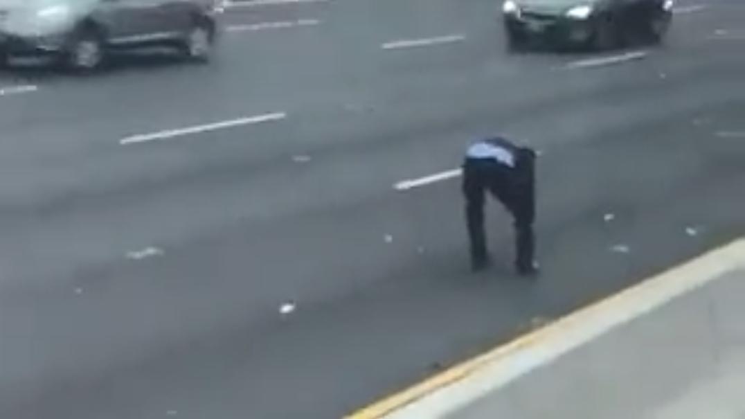 Dinheiro espalhado na autoestrada leva pessoas a saírem dos seus carros
