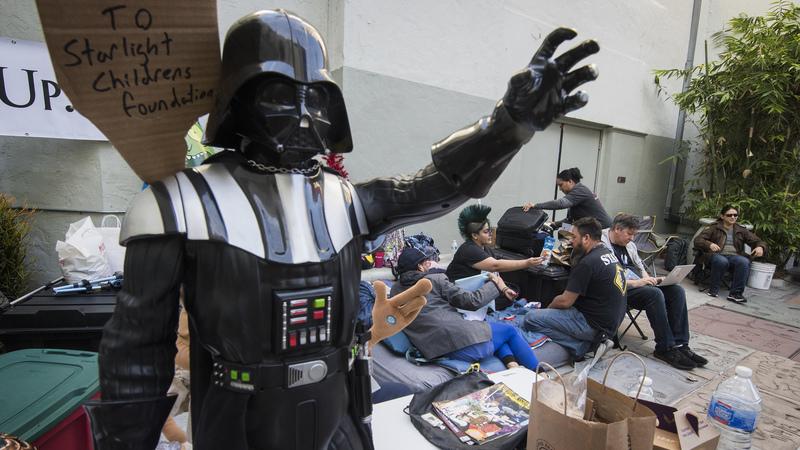 A uma semana da estreia do novo filme de Star Wars, fãs acampam em frente a cinema