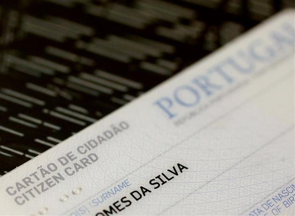Cartão de cidadão. Ministra emenda secretária de Estado e diz que culpa das filas não é dos portugueses