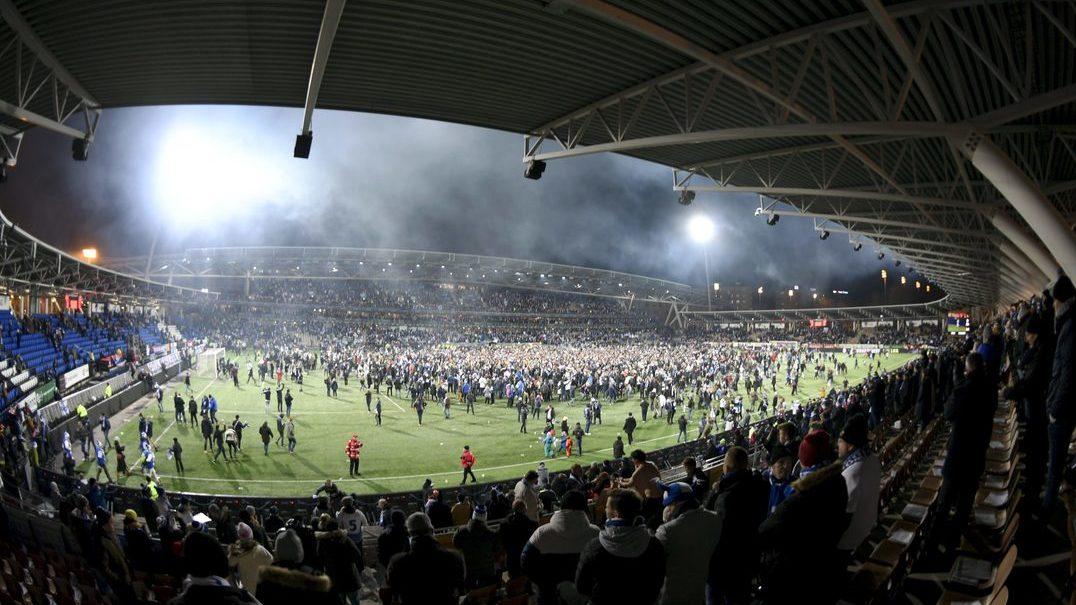 Finlândia está no Euro 2020 e adeptos fazem invasão (monumental) de campo para comemorar