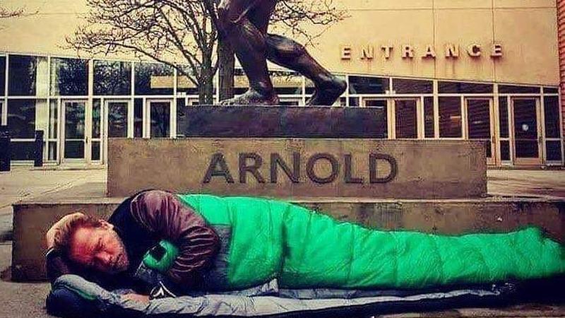 É verdade que Schwarzenegger dormiu no chão em frente a hotel que lhe negou entrada?