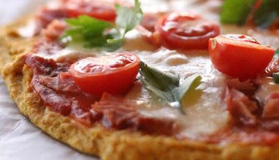 Piza com base de abóbora e aveia com tomate, mozzarella e fiambre