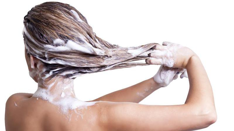 Acha mesmo que se sabe lavar? 15 erros que comete no banho