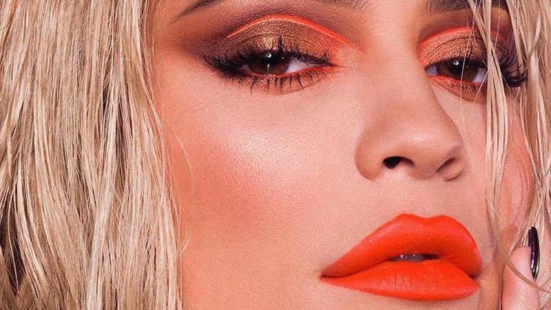 Kylie Jenner lança coleção de verão e o cor de laranja acaba de ganhar protagonismo