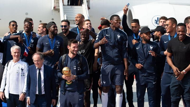 França recebida por milhares de adeptos no regresso a casa