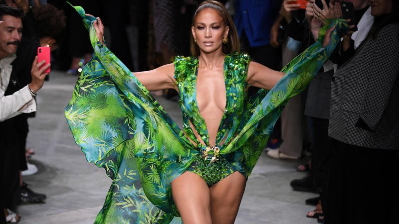 Semana da Moda de Milão. Jennifer Lopez encerra desfile da Versace com icónico vestido verde