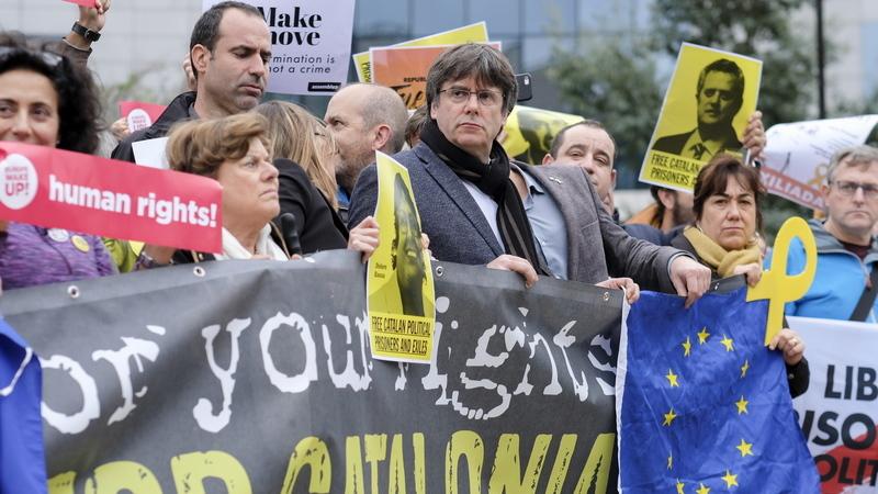 Puigdemont junta-se a manifestantes junto à sede da Comissão Europeia