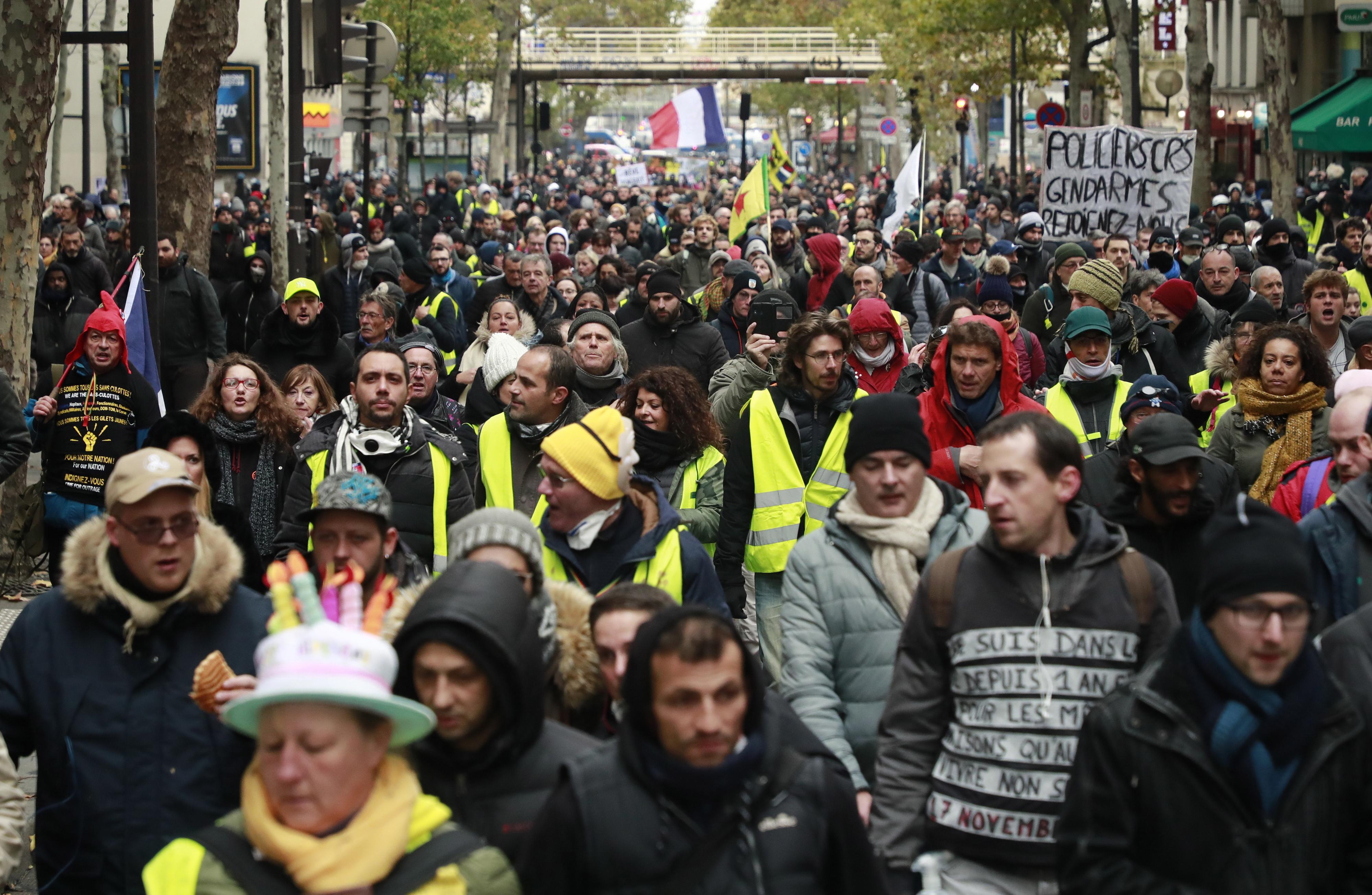 Resultado de imagem para Os coletes amarelos estão de volta às ruas de Paris. Pelo menos 33 pessoas foram detidas