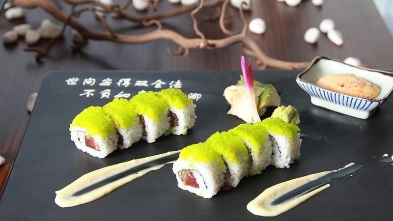 Nem dentadas, nem garfo e faca. As regras de etiqueta do sushi