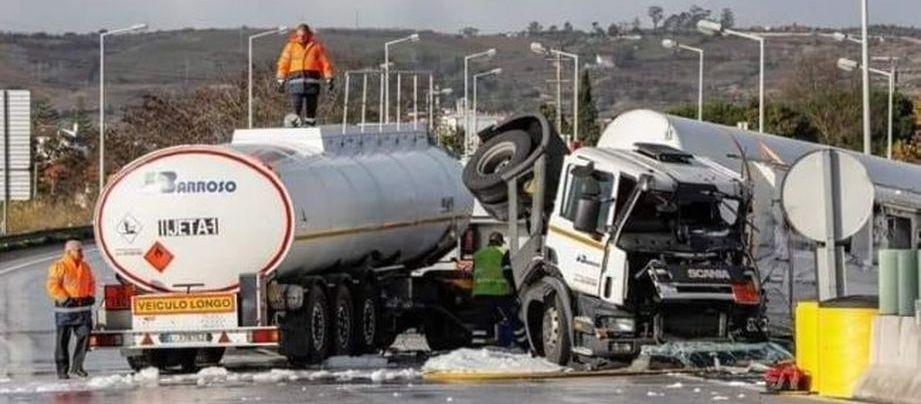 Há uma mensagem a circular que denuncia um acidente cm camiões pesados conduzidos por GNR. É verdadeira?