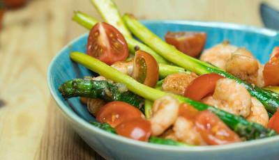 Camarão com espargos e molho de soja, uma receita divinal só com 243 calorias
