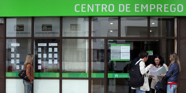 """Governo destaca """"evolução sustentada"""" na queda do desemprego. Mas quer mais"""