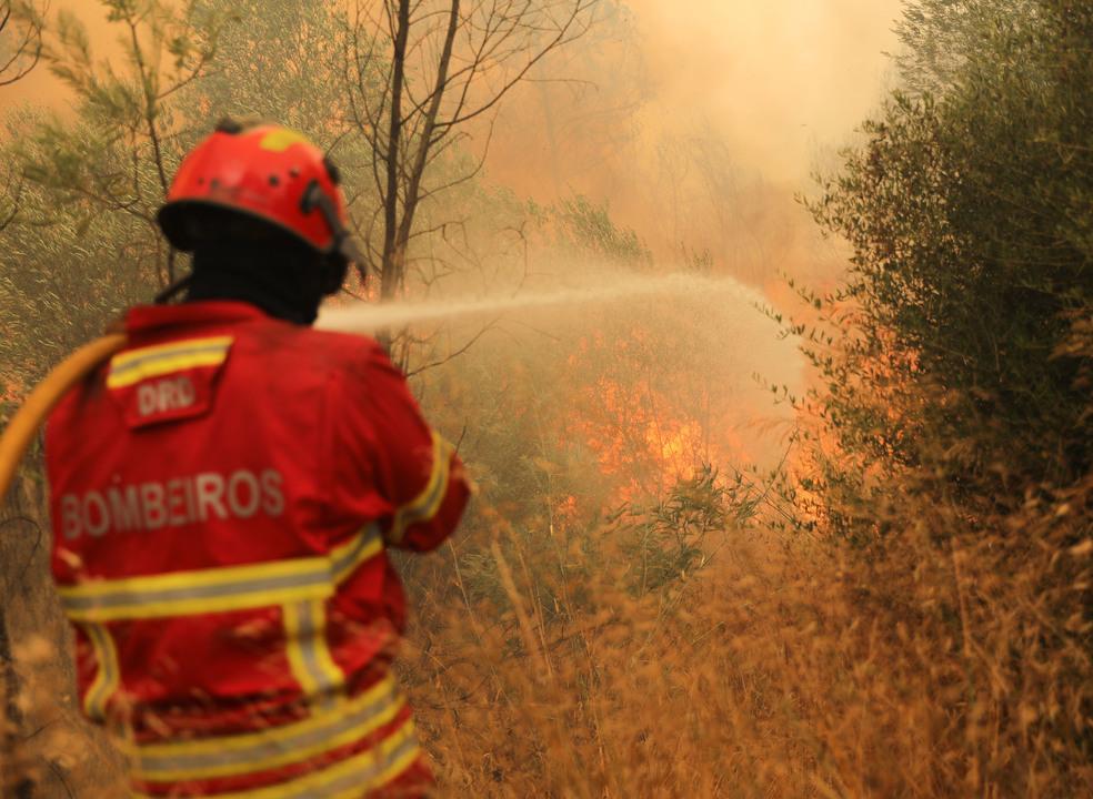 Treze meios aéreos combatem o incêndio de Vila de Rei. Número de feridos subiu para 20