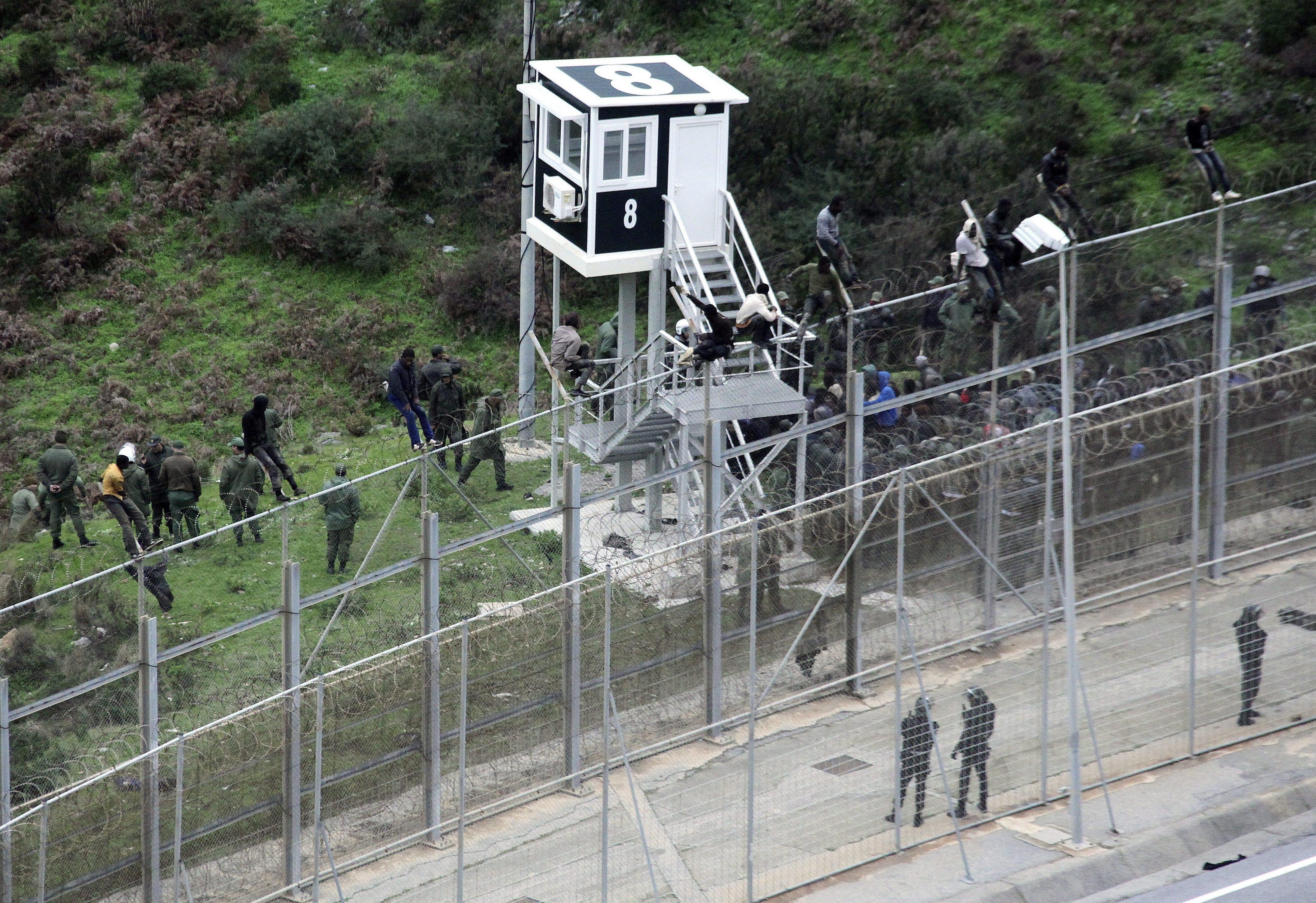 Polícia marroquina impede salto massivo de 400 migrantes em Ceuta